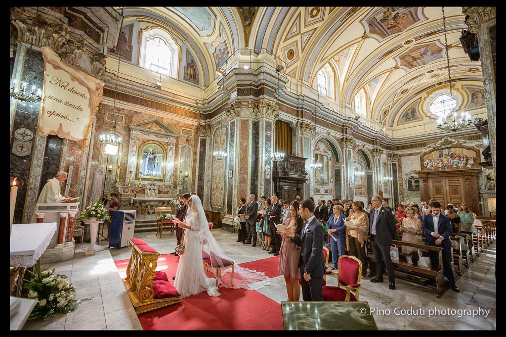Veduta degli interni barocchi della chiesa San Giovanni battista a Foggia