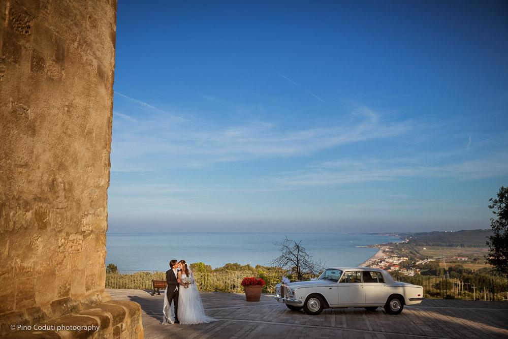Fotografie degli sposi nell'Abbazia di San Giovanni in Venere in Abruzzo