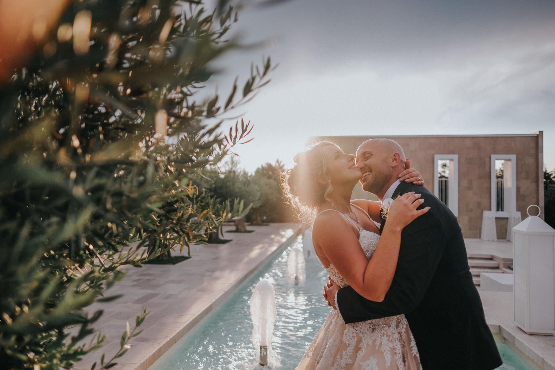 Fotografia degli sposi al tramonto a Dimora Romita