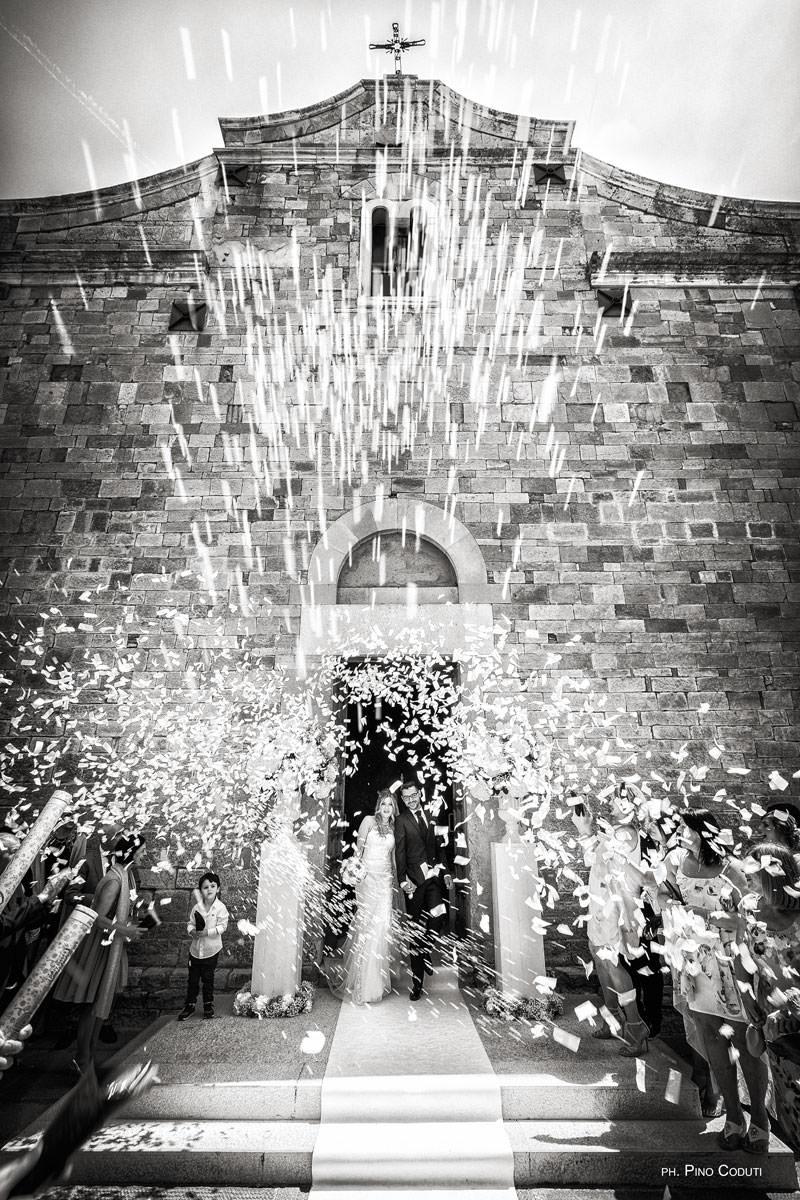 Uscita dalla chiesa di San Basilio degli sposi con bellissimo lancio del riso